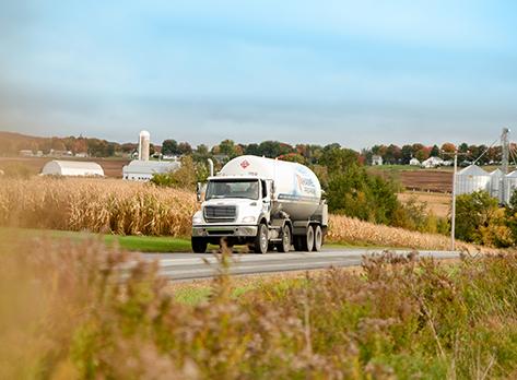 Camion de livraison en milieu agricole